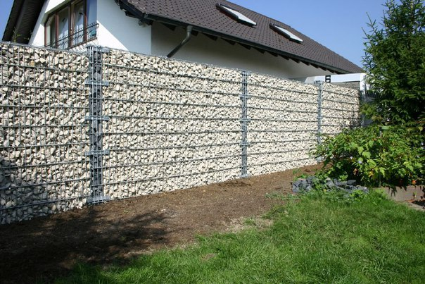 Забор из сетки с камнями